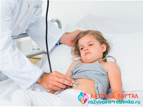 Доктор проверяет живот девочки
