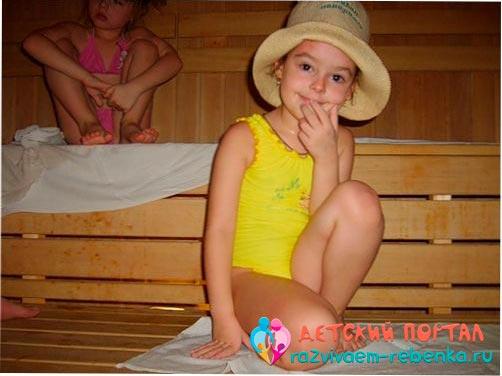 Маленькая девочка в бане