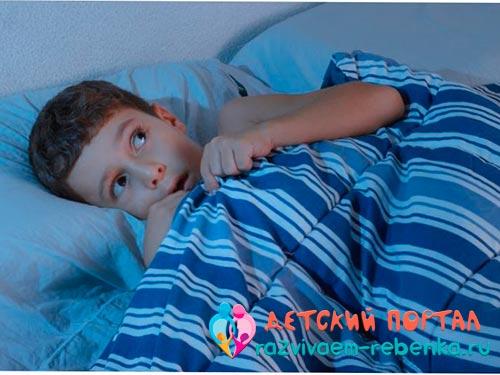 Ребенок накрывается одеялом от страха