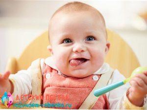 Фото ребенка, который самостоятельно держит ложку