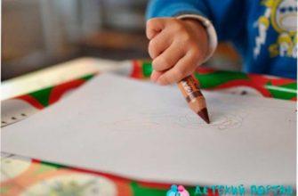 Ребенок рисует овал карандашом