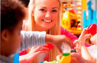 Няня объясняет деткам как кушать из посуды