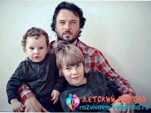 Отец в воспитании двух сыновей фото