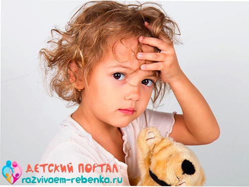 Ребенок проверяет у себя температуру