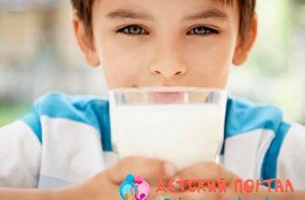 Мальчик пьет пастеризованное молоко из стакана