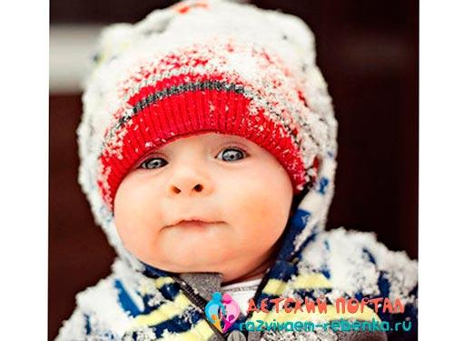 Маленький ребенок зимой на улице