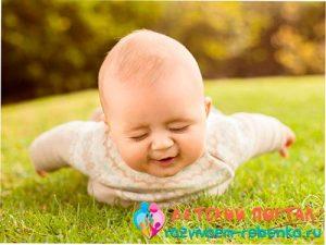 Четырехмесячный малыш пытается держать голову