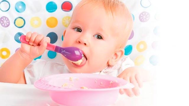 Маленький ребенок ест сам Фото