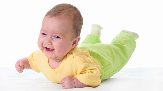 Поэтапное обучение ползать грудного ребенка Фото