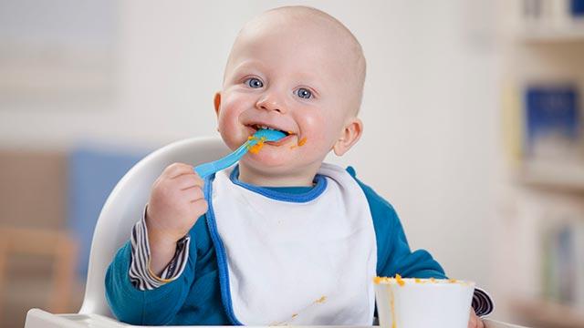 Научить ребенка есть самостоятельно с помощью ложки Фото