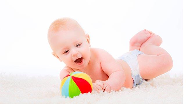 Ползание ребенка по-пластунски Фото