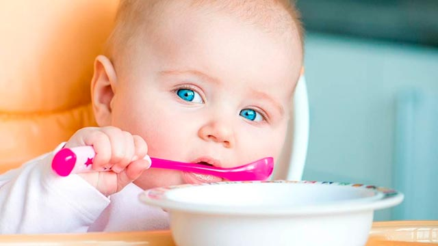 Быстрое обучении ребенка есть с помощью ложки Фото