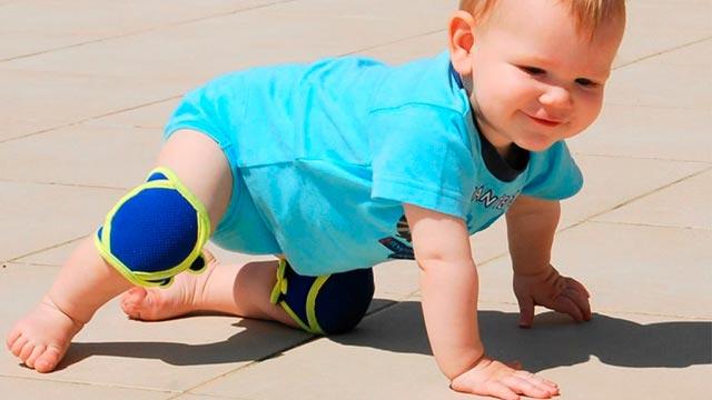 Ползание ребенка на коленях Фото