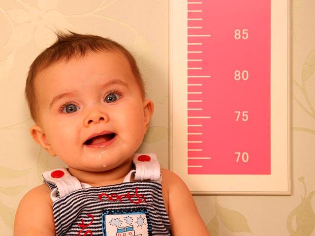 Измерение роста ребенка Фото
