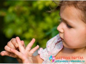 У маленькой девочки в пальце заноза