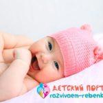 Малыш пытается привлечь внимание мамы агуканьем