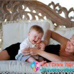 Мама щекочет маленького ребенка